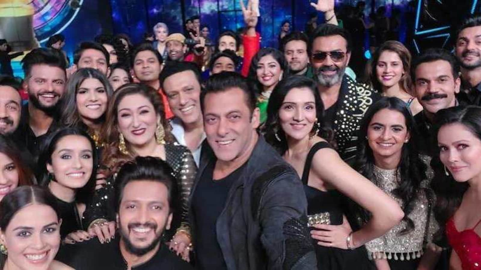 Salman Khan clicks a 'mega selfie' with Riteish Deshmukh, Shraddha Kapoor, Govinda at Indian Pro Music League - Hindustan Times