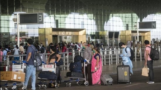 Passengers queue up as they arrive to catch domestic flights at Chhatrapati Shivaji Maharaj International Airport in Mumbai. (HT file)