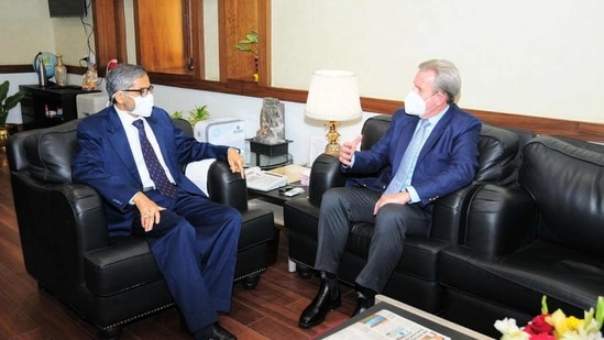 The Australian envoy had a long discussion with the UP chief secretary.(HT Photo)