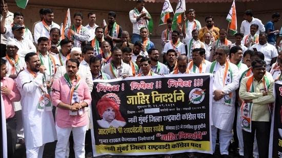 NCP workers protest against ED probe against NCP chief Sharad Pawar in Maharashtra State Cooperative (MSC) Bank scam case. (HT FILE)