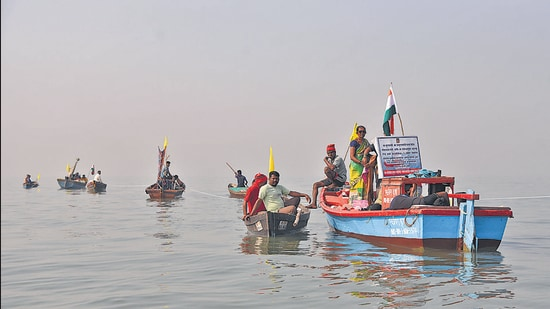 Fishermen conduct Channel Bandh at JNPT on Friday. (Bachchan Kumar/HT photo)