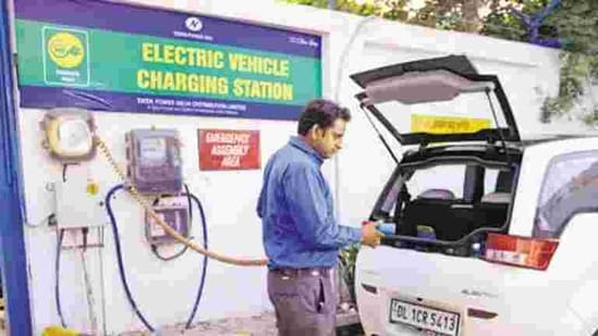 Three weeks ago, the Delhi government floated a tender to set up 500 EV charging points at 100 locations across the city.(Pradeep Gaur/ Mint)