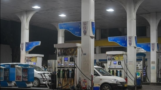 Prior to the rise this year, the highest surge in fuel prices was witnessed in 2018, when a litre of petrol had reached <span class='webrupee'>₹</span>91.34 per litre, while diesel had crossed <span class='webrupee'>₹</span>80 per litre. (HT File)