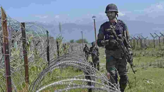 Army sources said the unprovoked ceasefire violation by Pakistan in Tangdhar sector, which was an attempt to push in terrorists into India under covering fire.(Hindustan Times/representative image)