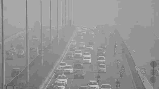 The average 24-hour AQI at 4 pm on Saturday was 301 in Noida, 295 in Ghaziabad, 292 in Greater Noida, 260 in Faridabad and 260 in Gurgaon, according to CPCB's Sameer app.(PTI file photo)