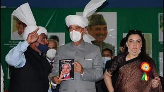 Congress leader Gulam Nabi Azad inaugurates 'Sarwari Kasana Hall' at Gujjar Charitable trust in Jammu on Sunday. (ANI)