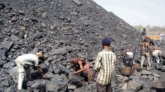 Outsourcing coal workers working at a colliery at Jharia in Dhanbad, Jharkhand,( Chandan Paul / Hindustan Times)