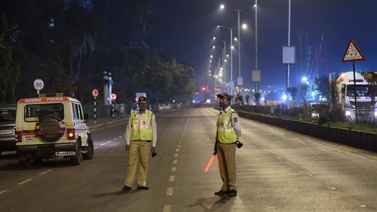 Police officers maintain vigil at Marine Drive during the night curfew in Mumbai.(PTI)
