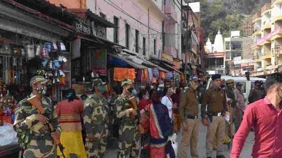 Mahakumbh Mela IG Sanjay Gunjiyal briefing Mela police paramilitary officers in Haridwar.(HT Photo)