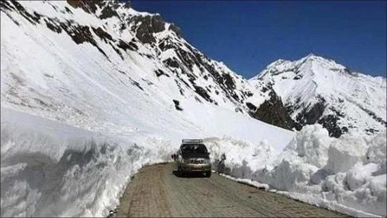 Zojila pass, Srinagar-Leh highway reopen for vehicular traffic after 58 days(Twitter/fc_kangana)
