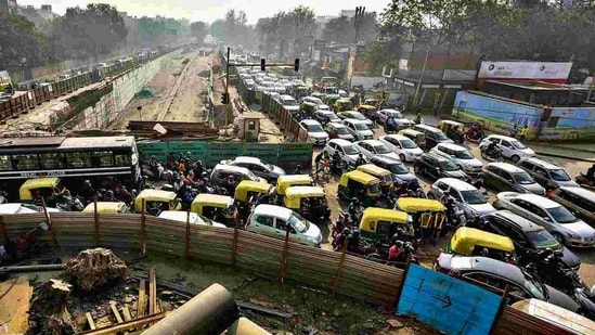 Both the underpass and the flyover extension projects are aimed at decongesting Ashram Chowk where vehicles are seen waiting for hours in traffic jams even during non-peak hours.(HT Photo)