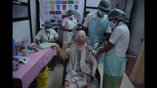 A senior citizen gets the first dose of vaccine against Covid-19 at Thane Civil Hospital on Monday. (Praful Gangurde/ HT)