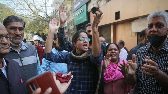 Members of various RWA in Adarsh Nagar demonstrating over incidents of crime and the stabbing of a woman yesterday, at Adarsh Nagar in New Delhi. (Sachit Khanna/HT Photo)