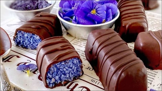 Recipe: Sink your teeth into the goodness of Butterfly Pea Powder Bounty Bars(Instagram/pastry_creation_1)