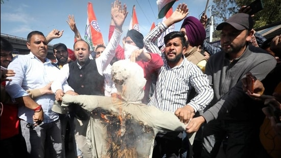 Congress activists burn an effigy of senior party leader Ghulam Nabi Azad in Jammu on Tuesday. (PTI)