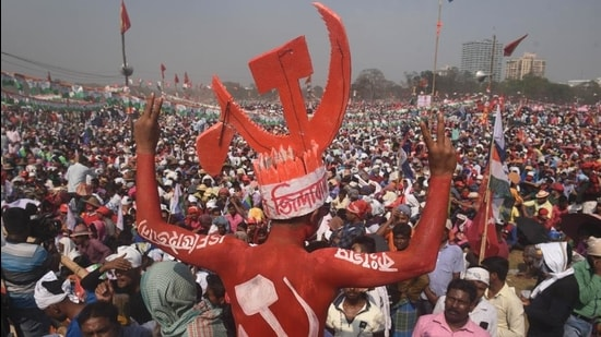 A gathering at the Brigade Parade Grounds rally, organised by the Left Front, Indian National Congress and Indian Secular Front (ISF), ahead of the West Bengal assembly election in Kolkata on Sunday. (Samir Jana/HT Photo)