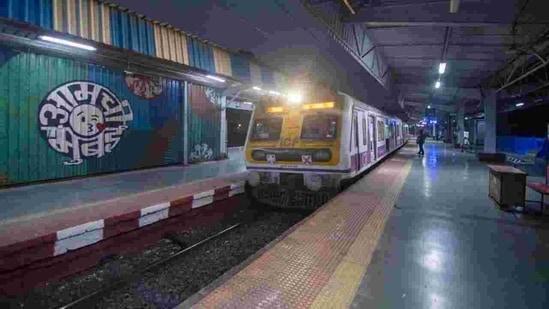 A Mumbai railway station during the morning hours. (Pratik Chorge/HT Photo )