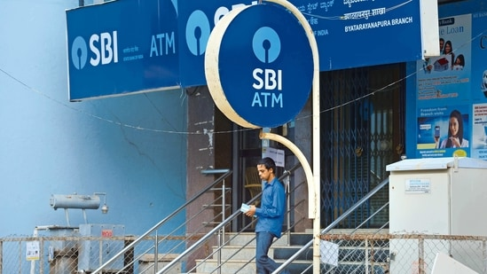 SBI employees in their effort to support the nation in the unprecedented times had contributed <span class='webrupee'>₹</span>107 crores to the PM CARES Fund.(MINT_PRINT)