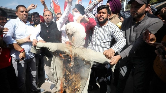 Congress members burn an effigy of senior party leader Ghulam Nabi Azad during a protest, in Jammu on Tuesday.(PTI)