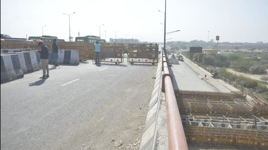 Delhi's Ghazipur border was opened for traffic in the morning by Delhi Police. After noon, Delhi Police again closed the border. (Sakib Ali/HT Photo)