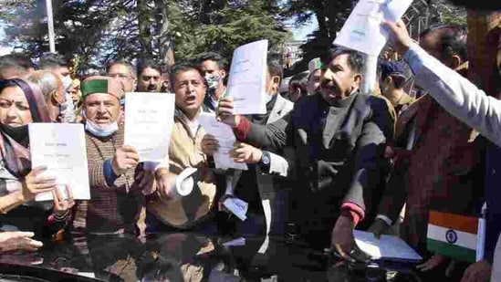 Speaker Vipin Parmar had submitted a formal complaint to DGP Sanjay Kundu for registering the FIR. In picture - Himachal Pradesh Congress MLAs holding up copies of the governor Bandaru Dattatreya's address.(HT Photo )