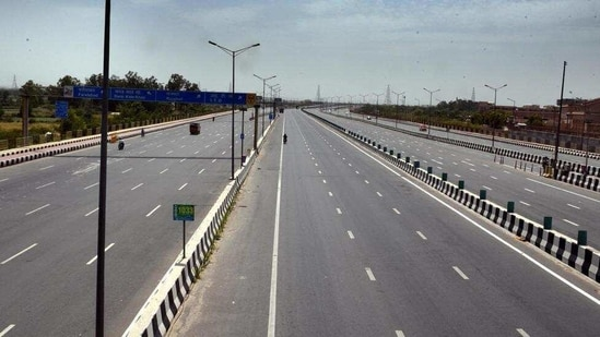 Deserted view of the Delhi-Meerut Expressway near Akshardham Temple (NH-9), during nationwide lockdown to check the spread of coronavirus, in New Delhi on April 15, 2020. (Arvind Yadav/HT photo)