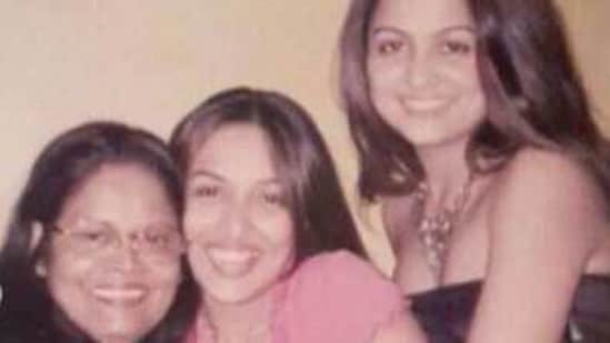 Malaika shares throwback pic with mom and sister.(Instagram)