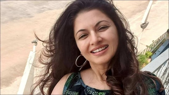 Bhagyashree sticks to this homemade age-old haircare remedy to reduce hairfall(Instagram/bhagyashree.online)