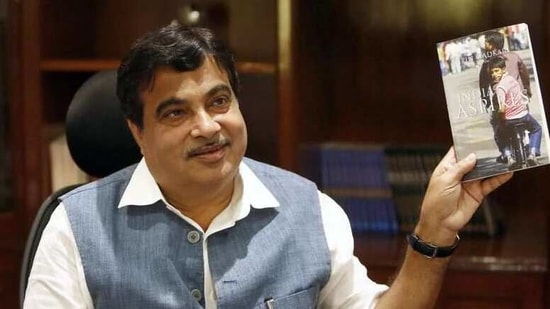 Union minister Nitin Gadkari on Wednesday invoked freedom fighter and one of independent India's first Union ministers Syama Prasad Mookerjee to criticise the Bengal chief minister Mamata Banerjee over the outsider remark REUTERS/Anindito Mukherjee(REUTERS)