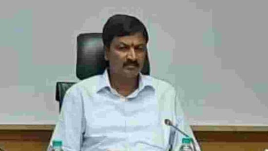 Karnataka water resources minister Ramesh Jarkiholi resigned from the Cabinet on Wednesday.(Twitter/@BYRBJP)