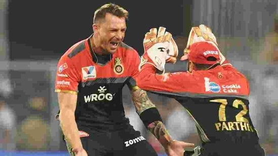 Dale Steyn (L) celebrates while playing for Royal Challengers Bangalore in IPL(AFP)