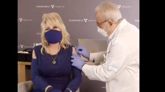 The image shows Dolly Parton getting the vaccine.(Twitter/@dolly parton)
