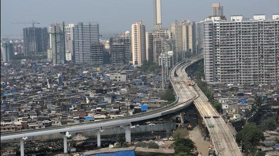 Urban development experts said that Greater Mumbai's ease of living cannot improve unless larger infrastructural issues that face housing and transportation in the city aren't tackled first. (HT FILE)