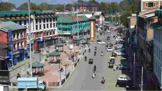 Lal Chowk in the heart of Srinagar. The decision to retrieve all land dealing under the Roshni Act was taken three weeks after the high court declared it unconstitutional and unsustainable.(PTI file photo)