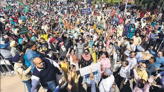 Under the banner of Punjab Federation of University and College Teachers' Organisation, faculty members from across Punjab and Chandigarh protesting at Panjab University on Thursday. (KESHAV SINGH/HT)