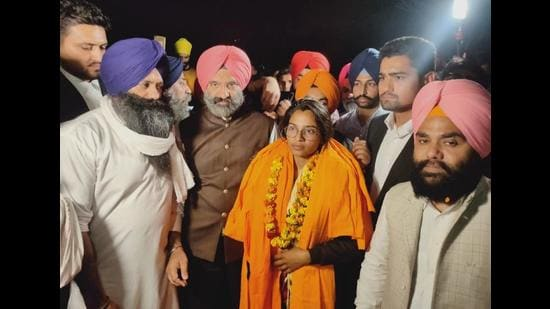 Labour activist Nodeep Kaur outside the Karnal jail on February 26 after the Punjab and Haryana high court granted her bail. She was arrested at Kundli on the Delhi-Haryana border on January 12 while she was demonstrating in solidarity with farmers against the Centre's three farm laws. (HT file photo)