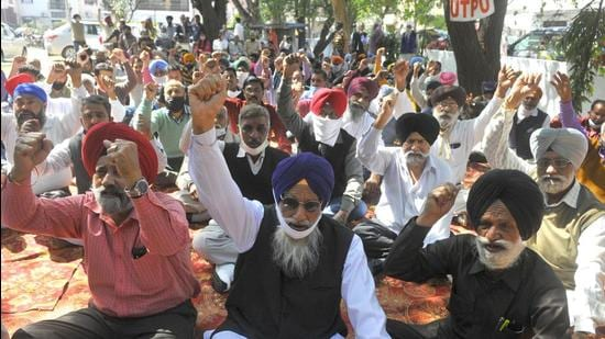 The powermen's union protesting against the privatisation move in Chandigarh on Friday. (Keshav Singh/HT)