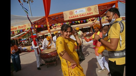 Visitors at Saras Aajeevika Mela at Noida Haat have a gala time indulging in cultural performances. (Photo: Raajessh Kashyap/HT)
