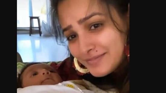 Anita Hassanandani with her one-month-old son.(Instagram)
