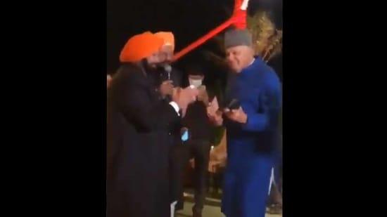 The image shows Farooq Abdullah dancing with Captain Amarinder Singh.(Twitter/@NasirKhuehami)