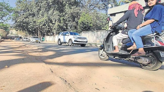 A report by the Karnataka State Legal Services Authority has revealed that there are at least 5,435 potholes, bad roads or patchy footpaths in Bengaluru(HT Photo)