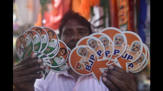 The BJP is going all out to win this election and Mamata Banerjee is fighting tooth and nail to ensure that she does not concede an inch. Both sides are evenly matched (Samir Jana/HT Photo)