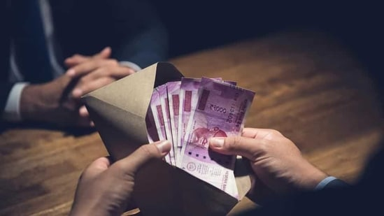 In the house search of an officer, the anti-corruption bureau recovered <span class='webrupee'>₹</span>7 lakh in cash and other property documents.(Getty Images/iStockphoto)