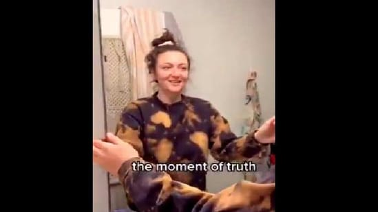 The image shows Samantha Hartsoe removing the mirror.(Twitter/@CheyMillz)