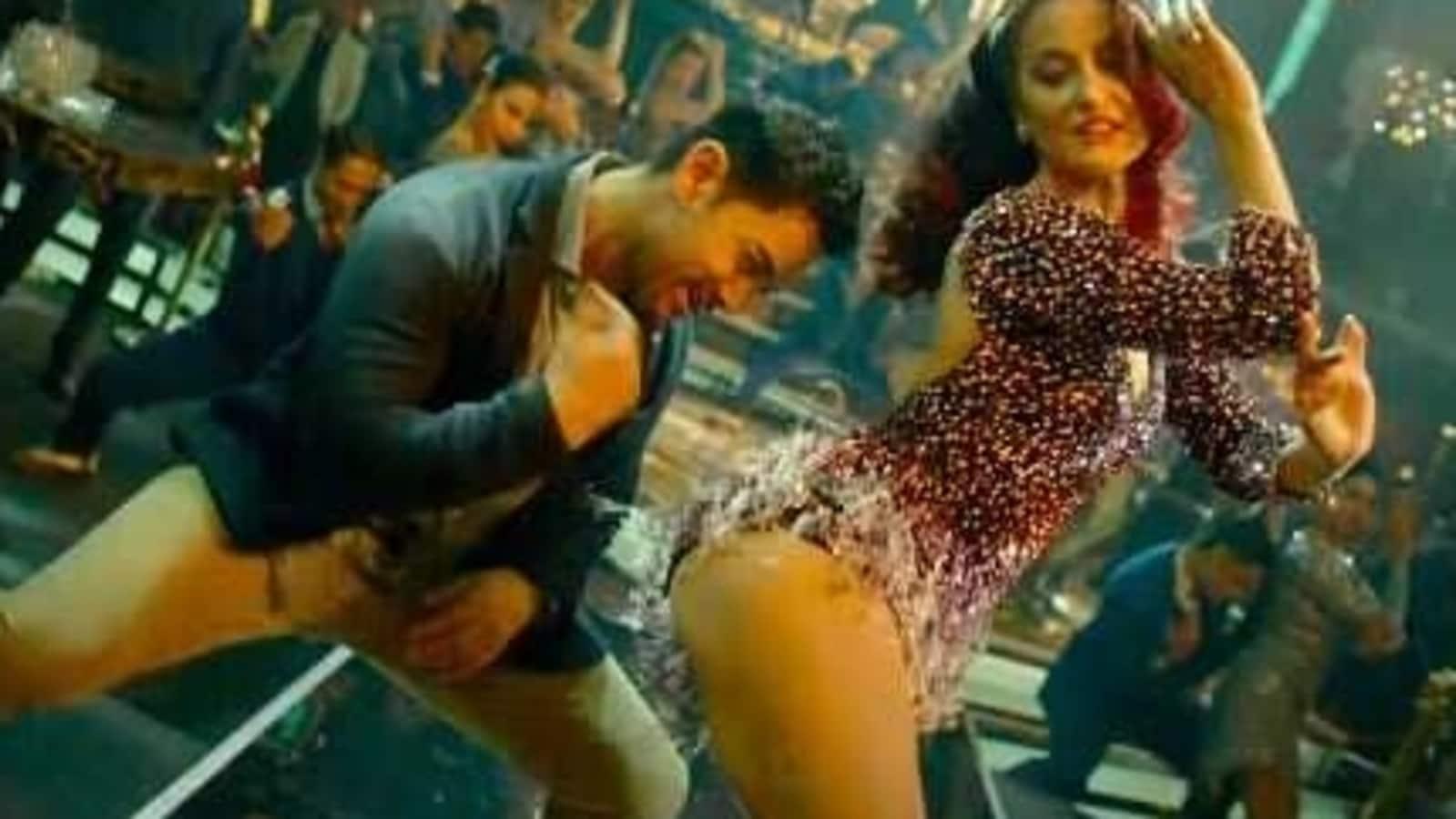Pipe-smoking Aamir Khan goes clubbing with Elli AvrRam in Har Funn Maula teaser. Watch here - Hindustan Times