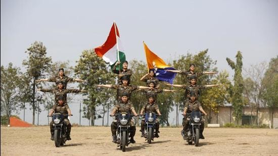 An all-woman contingent of Himachal Pradesh Police during a motorcycle show in Shimla to mark Women's Day. The state is among the first in the country to have recruited women in its police service. (HT Photo)