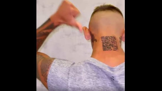 The image shows influencer Mauricio Gomez showing his QR code tattoo.(Instagram/@la_liendraa)