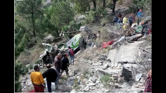 9 killed as bus falls into gorge in Himachal's Chamba district | Hindustan  Times