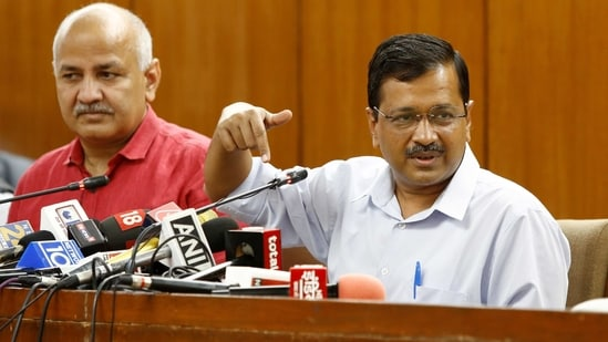 Delhi Chief Minister Arvind Kejriwal and Deputy Chief Minister Manish Sisodia address the media.(PTI)