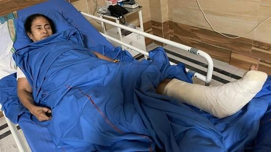 Mamata Banerjee in SSKM hospital.(Twitter.com/Abhishek Banerjee)